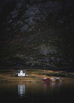 Jag fångades av hur husen krympte till små dockhus där de låg vid det mäktiga bergets fot. Det nästintill spegelblanka vattnet gjorde att denna plats nästan känns för bra för att vara sann.