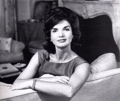 Jacqueline Kennedy Onassis 1929 - 1994 former first lady of the US until the assassination of her husband John F. Kennedy in later… Jacqueline Kennedy Onassis, Caroline Kennedy, Les Kennedy, Jaqueline Kennedy, John Kennedy, Die Kennedys, Aristotle Onassis, 1960s Hair, Hair Icon