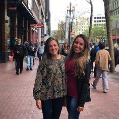 Levando essa amiga querida para conhecer San Francisco! Hora das comprinhas pela Market Street! // Hanging out with this adorable friend! Time for shopping at Market Street in San Fran! #RetalhosDoMundo #GuiaEmSanFrancisco #PasseiosPersonalizados #SanFrancisco #SanFran #AlwaysSanFran #California #Cali #California4Fun #CaliLife #TourInSanFrancisco #SanFranciscoPersonalizedTourGuide #VemComAGente #BlogDeViagem #DicasDeViagem #SFGuide #TravelBlog #ViajantesDePlantão #ViajeNaViagem #Viagens…