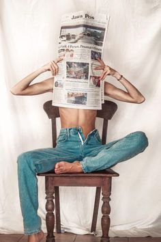 Casual outfit - jeans and newspaper Portrait Photography Poses, Photography Poses Women, Creative Photography, Implied Photography, Retro Photography, Indoor Photography, Editorial Photography, Street Photography, Creative Photoshoot Ideas