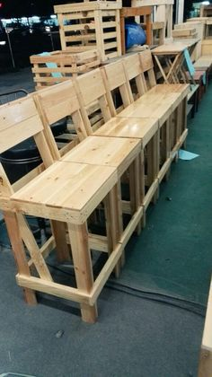 New Wood Pallet Outdoor Bar Stools 17 Ideas Pallet Bar Stools, Pallet Stool, Diy Bar Stools, Outdoor Bar Stools, Pallet Patio, Diy Pallet Furniture, Diy Pallet Projects, Bar Chairs, Outdoor Lounge