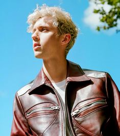 Troye Sivan photographed for the Noisey Music Troye Silvan, Blue Neighbourhood, Tyler Oakley, Boy Pictures, Child Actors, Lost Boys, Poses, Queen, Celebs