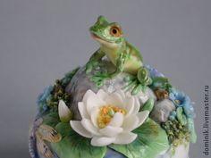 шкатулочка `Озеро`. Миниатюрная шкатулочка из фарфора с ручной лепкой и росписью.  Маленький кусочек природы застывший в фарфоре - миниатюрная фарфоровая сказка - вот вот оживёт лягушка и попытается поймать стрекозу, качнётся цветок…
