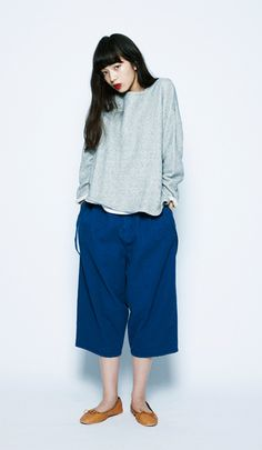 The soft mohair knitted sweater is accentuated with somewhat baggy pants that don't clash. Ballet shoes finish the outfit off for a rough, feminine look.Fleece Boat Neck Pullover¥4,900+tax / No413850American Cotton Tank Top¥1,800+tax / No413848NEP Herringbone Suspender-Pants¥6,600+tax / No413963Pocketable Ballet Shoes¥4,900+tax / No413971