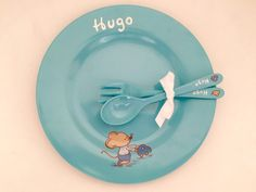Los chicos también tienen su ratón molón y Hugo está encantado con su vajilla personalizada!! #regaloseventos #personalizado #hechoamano #niños #kids #detallespersonalizados #paralosniños