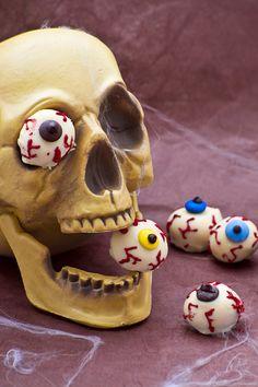 Occhi insanguinati di Halloween: praline di ricotta coperte di cioccolato e decorate! [Halloween sweet bloody eyes]
