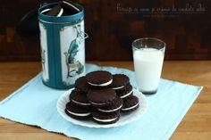 Biscuiți cu cacao și cremă de ciocolată albă, rețetă video Glass Of Milk, Panna Cotta, Biscuits, Cheesecake, Cooking Recipes, Pudding, Sweets, Cookies, Baking