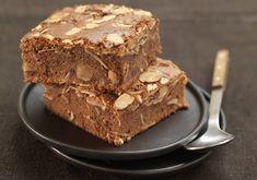 Dans un saladier, faites fondre le beurre et le chocolat cassé en morceaux au four à micro-ondes 2 minutes à 500W. Ajoutez la farine, le sucre, les oeufs et les amandes. Préchauffez votre four Th.7 (200°C). Dans un moule carré, beurré et fariné, versez la pâte puis faites-la cuire dans votre four 12 à 13 minutes.