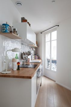 Le petit appartement parisien de deux architectes - PLANETE DECO a homes world The small Parisian ap Parisian Apartment, Small Space Living, Furniture For Small Spaces, Logs, Diy Furniture, Sweet Home, Kitchen Cabinets, Indoor, Patio