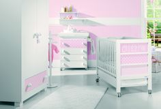 Esta composición de colección Carina rosa incluye:                             cuna                                                             cajón cuna  bañera  funda vestidor bañera  canastilla  estantería de 60  estantería de 80  kit edredón  protector  juego de sabanas cuna.