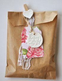 Kijk, dit is nou helemaal mijn stijl!   Ik ben dol op het combineren van klei labels met kartonnen labels, en dan het liefst met een planten- of bloemenprint. Om het papieren zakje te sluiten heb ik een knijper met hartje gebruikt en er nog een stukje kant lint aan toegevoegd voor wat meer brocante sfeer.  Zeg nou zelf, dit is toch een feestje om uit te mogen pakken?