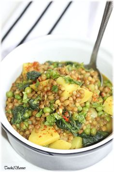 Simmered lentils, potatoes, peas - Touche de Saveurs - A very comforting and tasty vegetarian dish to warm up … it is composed of potatoes, onion, garli - Veggie Recipes, Healthy Dinner Recipes, Soup Recipes, Vegetarian Recipes, Cooking Recipes, Vegetarian Dish, Recipe Minestrone, Plat Vegan, Batch Cooking