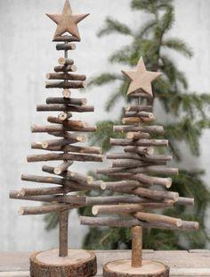 sapin en bois miniature, composé de petites branches en bois sur un support et etoiles de noel en bois