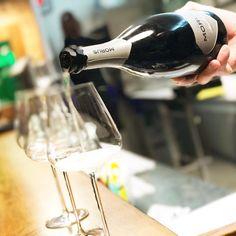 Dopo ore su ore di lavoro ora tocca a me godermela. Inizio con un po' di Morus cantina Mori Colli Zugna. È il momento del riepilogo di questo anno che nonostante quello che dicano tutti per me è stato molto molto speciale. . . . .  #wine #winelover #wine #winetasting #winelovers #winestagram #wineanddine #wineglass #winetour #winetime #wineoclock #dinner #dinnertime #lastnight #happynewyear #newyearseve #capodanno #ferrara #foodism #foodstagram #foodblogger #foodandwine #foodiegram…