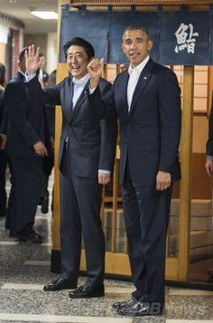 東京・銀座にあるすし店「すきやばし次郎(Sukiyabashi Jiro)」での夕食会を終え、店を後にする安倍晋三(Shinzo Abe)首相(左)と米国のバラク・オバマ(Barack Obama)大統領(2014年4月23日撮影)。(c)AFP/Jim WATSON ▼24Apr2014AFP|オバマ大統領、高級すし半分しか食べず? http://www.afpbb.com/articles/-/3013468 #Barack_Obama #Shinzo_Abe #Tokyo #Sushi