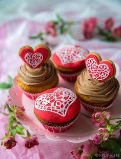 Leipominen on oivallinen tapa ilahduttaa ystävää. Valitse pitsikoristelu tai muhkea suklaapursotus. Sokeripitsi oli viime vuoden hitti kakkujen koristelussa. Herkän kaunista tekniikkaa voi hyödyntää myös muffinsseissa, pikkuleivissä ja sokerimassakoristeissa. Ystävänpäiväteema on viety pintaa syvemmälle – muffinssin sisältä paljastuu herttainen yllätys! Taikinaresepti on kopioitu äitini tiikerikakusta. Rakenne on ihanan pehmeä ja mehevä, mutta ehdottomasti parhaimmillaan huoneenlämpöisenä…