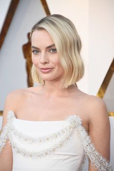 Margot Robbie Just Debuted L.'s Coolest Haircut On The Oscars Red Carpet Margot Robbie Oscars, Margot Robbie Photos, Margot Elise Robbie, Margo Robbie, Cool Haircuts, Cute Hairstyles, Wedding Hairstyles, Short Hair Cuts, Short Hair Styles
