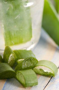 2 Litros de agua, 1/2 taza de aloe, 1/4 de taza de jugo de limón.  El aloe mejora la circulación y la digestión, lo que aumenta tu energía y elimina la fatiga.