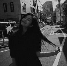 Blackpink Jennie, South Korean Girls, Korean Girl Groups, Blackpink Memes, Blackpink Photos, Blackpink Fashion, How To Pose, Blackpink Jisoo, Poses