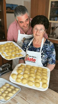 How to make ravioli. Ravioli are half-moon shaped pasta filled with ricotta and spinach. Make ravioli from scratch with my Nonna Igea. Gnocchi Recipes, Pasta Recipes, Cooking Recipes, Cooking Tips, Dinner Recipes, Authentic Italian Ravioli Recipe, Mantu Recipe, How To Make Ravioli, Homemade Ravioli