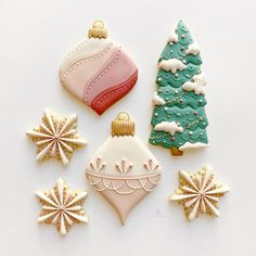 """Arlos Cookies on Instagram: """"We have a winter storm coming and lots of snow heading our way TOMORROW! Until then, I'll just look at these snowflakes instead ❄️…"""" Christmas Sugar Cookies, Holiday Cookies, Christmas Biscuits, Valentine Cookies, New Years Cookies, Spice Cookies, How To Make Snow, Snow Angels, Cookie Designs"""