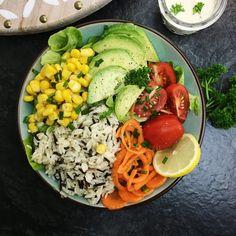 Buddha Bowl mit Avocado und Wildreis