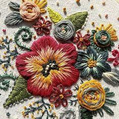 . Flores para terminar el día!! Bello trabajo el de @threadypulse, para inspirarse a empezar un nuevo proyecto bordado y recordar que más…