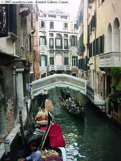 Foto de Venecia, Italia - Gondolas por un pequeño canal