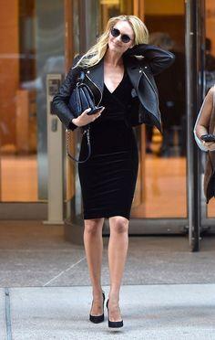 Street style look vestido preto de veludo, jaqueta de couro e salto scarpin.