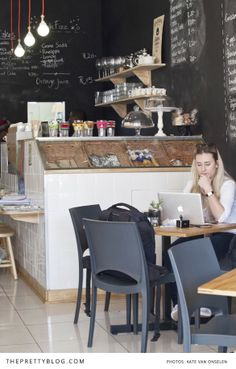 Grabbing lunch & working at Parc Cafe | Photographer: Kate van Onselen Photography