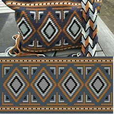 Wayuu Clutch Fashions, Many fashions of knitting purses . This Pin was discovered by Pam Wayuu-Kupplungsmodelle - Robin Cadmus - Willkommen bei Pin World Crochet bag made with the W Mochila Crochet, Bag Crochet, Crochet Shell Stitch, Crochet Handbags, Crochet Purses, Filet Crochet, Crochet Stitches, Tapestry Crochet Patterns, Knitting Patterns