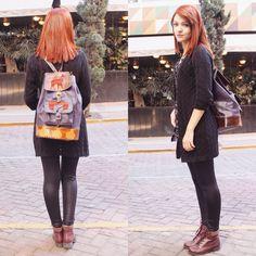 E para combinar com essa mochila eu apostei nesse look! Uma blusa de estampas florais lilás e roxas, por cima, um cardigan de tricô, uma legging preta e para dar um contraste uma bota da cor vinho.