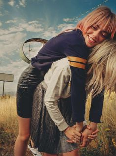 Lucky Blue Smith & sisters; Pyper America, Daisy Clementine and Starlie Smith of The Atomics, are in H&M Magazine of the week #HMstylediaries Look___001