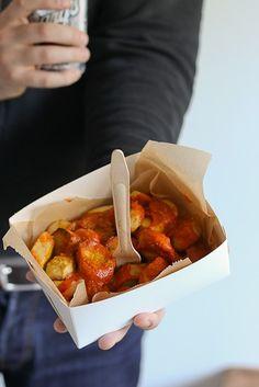 Vegaanin currywurst Raw Food Recipes, Healthy Recipes, Healthy Food, Bratwurst, Vegan Dishes, Street Food, Chili, Bbq, Good Food