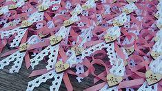 Svadobné pierka pre hostí s písmenkovými srdiečkami, na ktorých sú iniciály mladomanželov. Krajka, čipka, drevené srdiečko. V prípade záujmu poprosím včas objednať, pretože srdiečka...