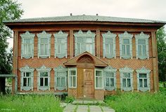 Фасад дома с резными наличниками в Костромской области/Front of the house with carved architraves in the Kostroma oblast, Russia