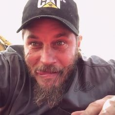 oh lord that face it saddens me a lot 😭😥💔 at least gotta cheer myself up up with this goofy side of yours honey love of mine my koishiteru 💋 Travis Vikings, Vikings Travis Fimmel, Ragnar Lothbrok Vikings, King Ragnar, Twin Flame Love, Hello Gorgeous, Sexy Men, Hot Guys, Eye Candy