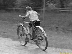 Velo Vintage, Vintage Bicycles, Vintage Photographs, Vintage Photos, Nostalgia, Old Street, Bicycle Art, Kids Bike, Go Kart
