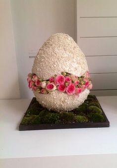 Easter egg with pink roses Easter Flower Arrangements, Easter Flowers, Spring Flowers, Floral Arrangements, Deco Floral, Arte Floral, Floral Design, Egg Crafts, Easter Crafts