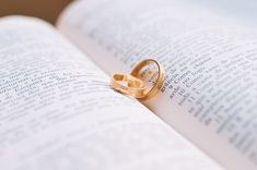 Planning the perfect wedding is the aim of every couple and the people helping them. Check out how to get started and what to think about Wedding Vows, Wedding Day, Wedding Rings, Recipe For Marriage, Preparing For Marriage, Strong Marriage, Marriage Advice, Marriage Life, Wedding Photography Tips