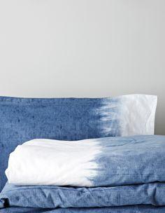 Tarvitset: Pussilakanan ja tyynynpäällisen, ohuen rievun tai lankaa, Dylon-väriä ja suolaa 1 Pese tekstiilit, joita aiot värjätä, ja anna niiden kuivua kunnes ne ovat hieman kosteita. 2Suojaaalueet, joita et halua värjätä.Kasaa lakanan tai tyynyliinan pää tiukaksi nipuksi, kieputa koko alueelle narua tai ohutta räsyä niin, että se muodostaa mahdollisimman tiiviin ja peittävän pinnan. 3Annosteleväriaine pesukoneen …