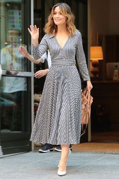 Look of the Day: August Rose Byrne - Rose Byrne wore a breezy Valentino wrap dress for the ultimate summer ensemble while out and about in NYC. White pumps and waves finished off the look. Casual Dresses, Fashion Dresses, Summer Dresses, Elegant Dresses, Dresses Dresses, Formal Dresses, Wedding Dresses, Outfit Summer, Pretty Dresses