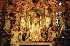 Typowe dzieła: dynamiczne kompozycje rzeźbiarskie i malarskie oraz ogromne kościoły i pałace o bogatym zdobieniu płaskorzeźbami oraz posągami.