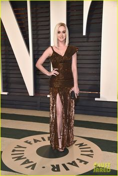 Katy Perry Sequin Dress - Katy Perry was edgy-glam in an asymmetrical bronze sequin gown by Jean Paul Gaultier Couture at the Vanity Fair Oscar party. David Rockefeller, Star Fashion, Fashion Beauty, Katy Perry Photos, Graydon Carter, Cute Brunette, Lucky Ladies, Vanity Fair Oscar Party, Sequin Gown