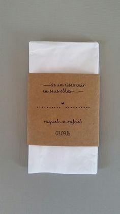 Lágrimas de alegria produzidas em papel kraft em estilo rústico.  Tamanho final: 6 X 10,7cm  Tamanho do rótulo: 6 X 5,9cm  Lenços de qualidade da marca Softy's ou Kleenex  Impressão a laser