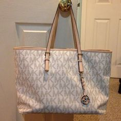 Michael Kors purse Used Michael Kors purse good condition there is ware on both the handles but other then that it's great. Make me an offer :) Michael Kors Bags Totes