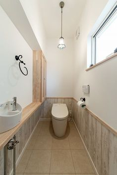 ナチュラルで開放的*スキップフロアでゆったりくつろげるお家 Modern Japanese Interior, Modern Interior, Interior Architecture, Outdoor Toilet, Dado Rail, Ideal Bathrooms, Downstairs Toilet, Natural Interior, Bathroom Design Small