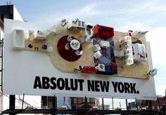 """Billboard réalisé par la marque Vodka Absolut. On reconnait la forme de la bouteille mais l'objectif est de montrer la """"coolitude"""" du produit via le loft New-Yorkais, 2013"""