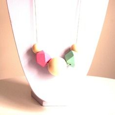 Sautoir graphique perles en bois géométriques vert d'eau, rose et bois naturel sur cordon de cuir blanc
