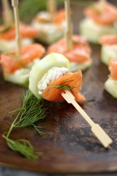 Smoked Salmon and Cream Cheese Cucumber Bites Tapas Party Snacks Für Party, Appetizers For Party, Appetizer Recipes, Salmon Appetizer, Tapas Party, Smoked Salmon Cream Cheese, Fingers Food, Cucumber Bites, Cucumber Yogurt